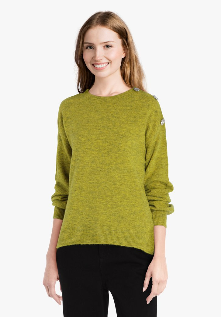 Groene gebreide trui met sierknopen op de schouder