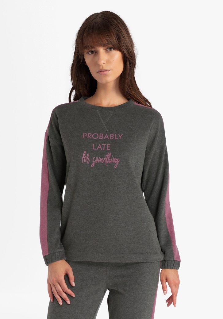 Kaki-roze trui met opschrift