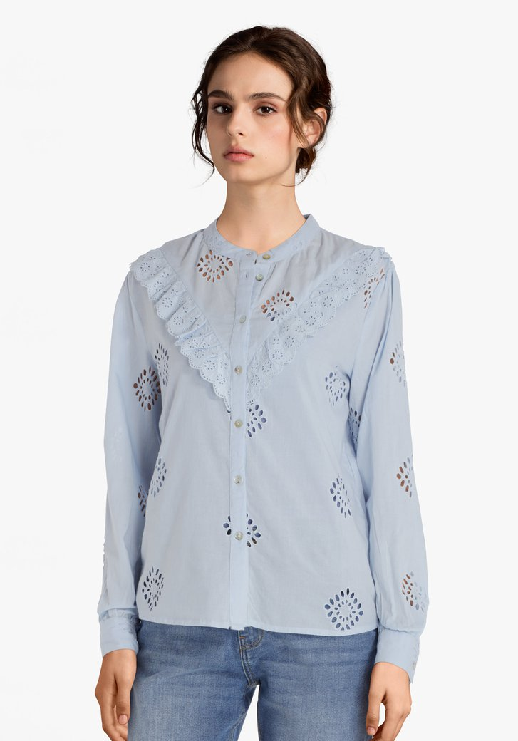 Lichtblauwe blouse met broderie anglaise