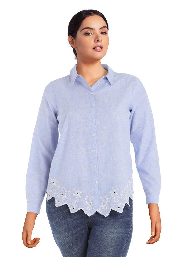 Afbeelding van Lichtblauwe blouse met geborduurde details