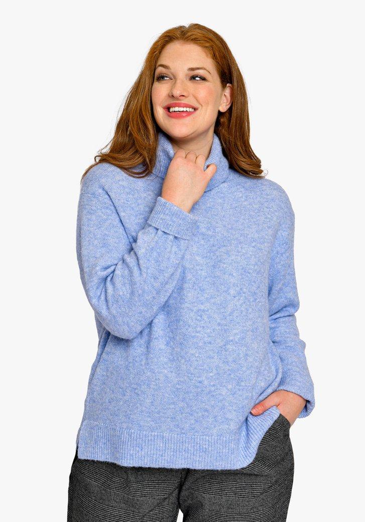 Lichtblauwe gebreide trui met rolkraag