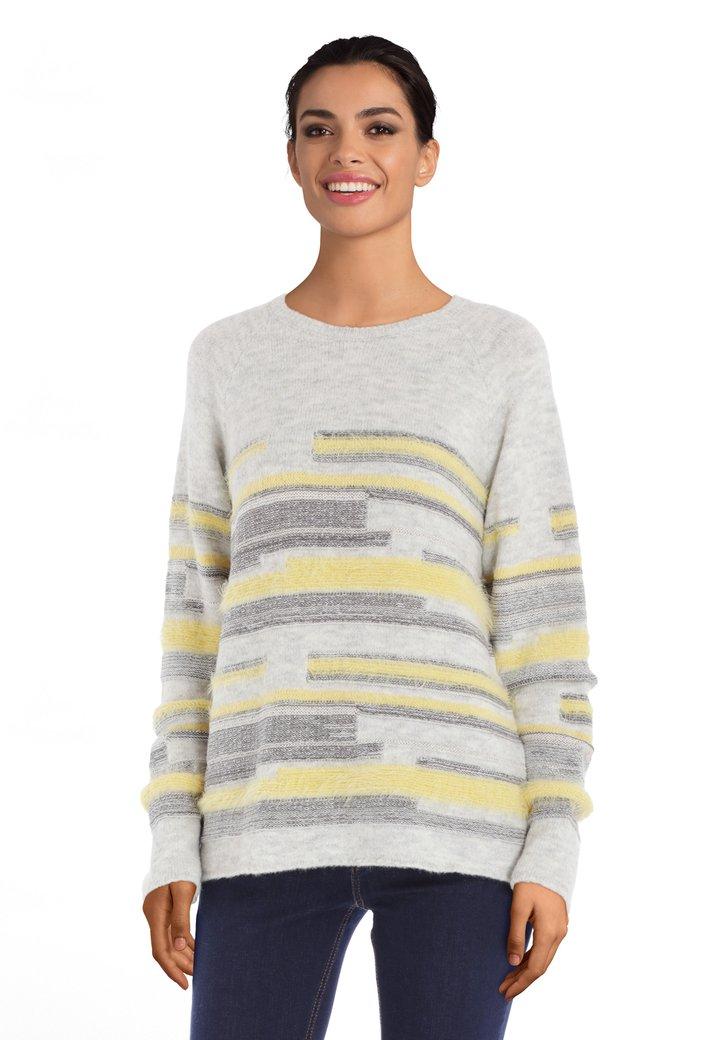Lichtgrijze trui met gele strepen in fluffy stof