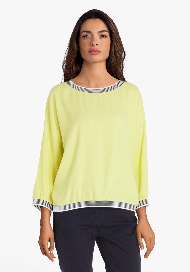 Limoengroene blouse met navy-wit biesje
