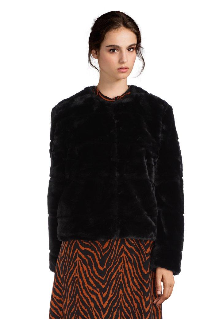 Manteau noir court en fausse fourrure