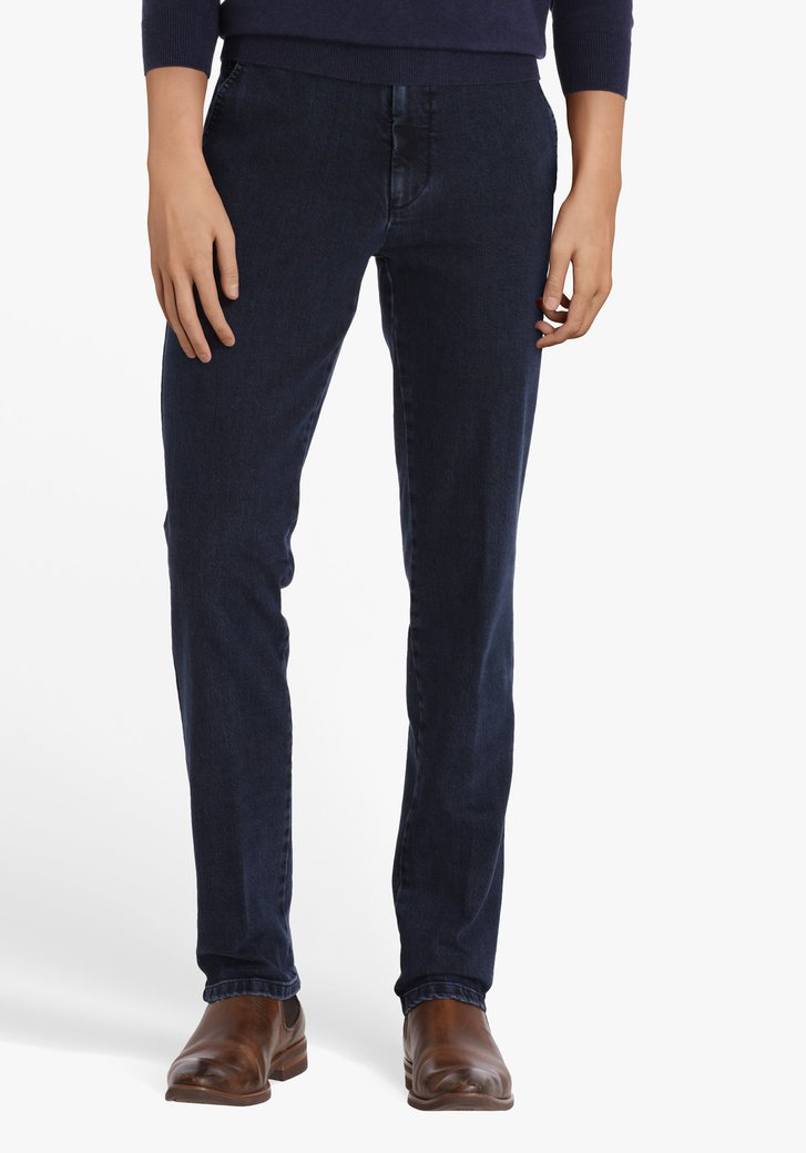 Navy chino met jeans look
