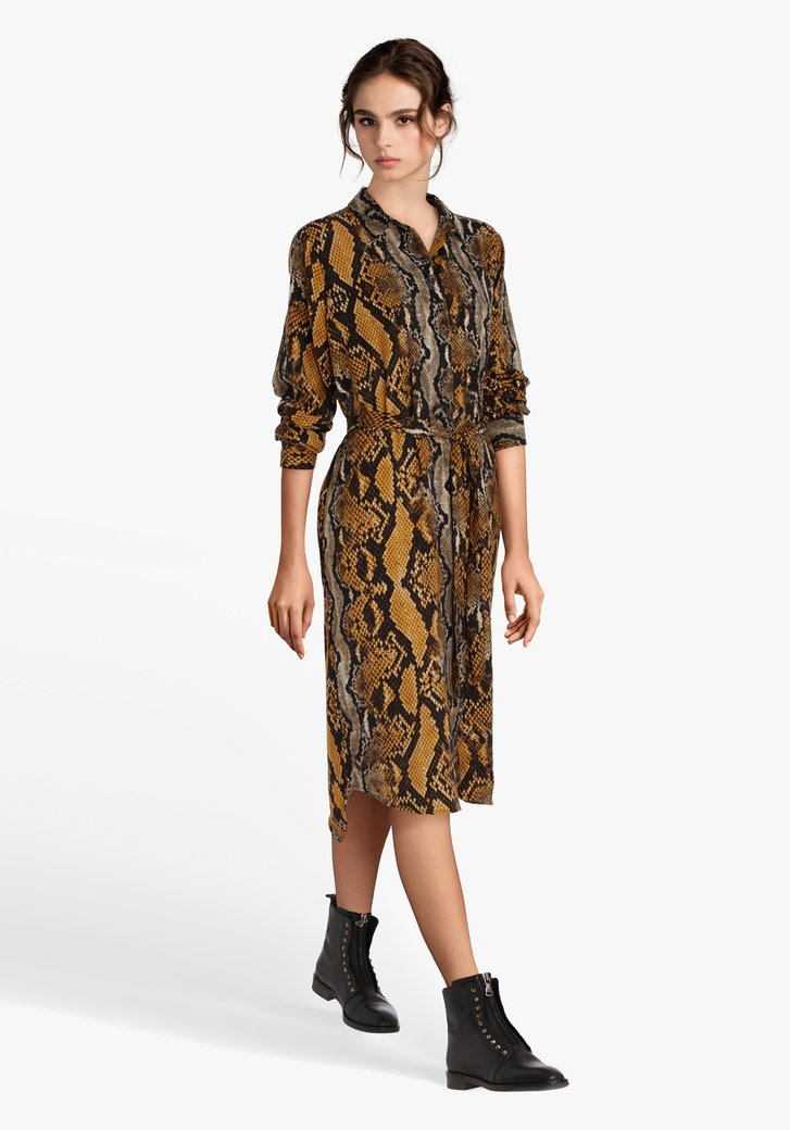 Okerkleurig kleed met slangenprint