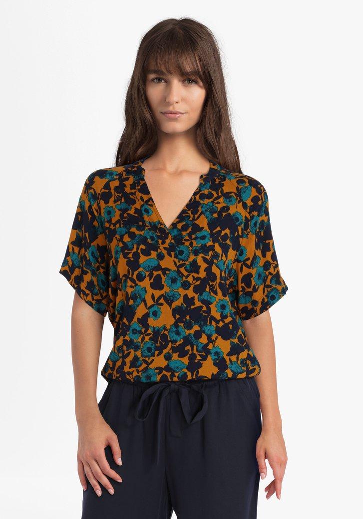 Okerkleurige blouse met blauwe bloemen