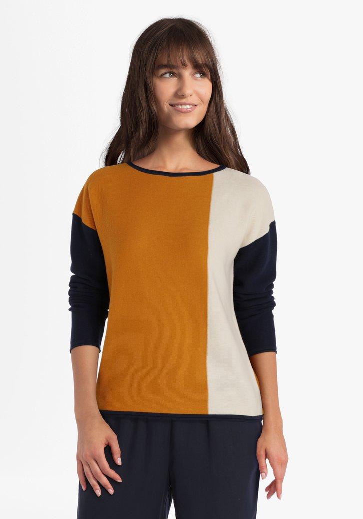 Okerkleurige trui met colorblocking