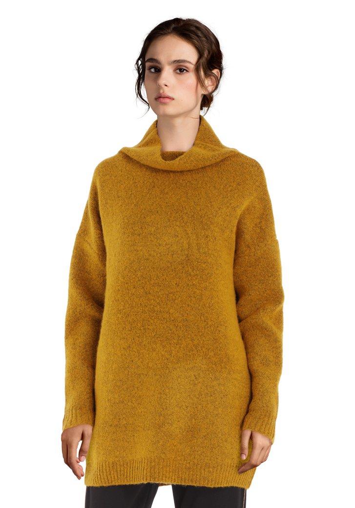 Okerkleurige trui met opstaande kraag