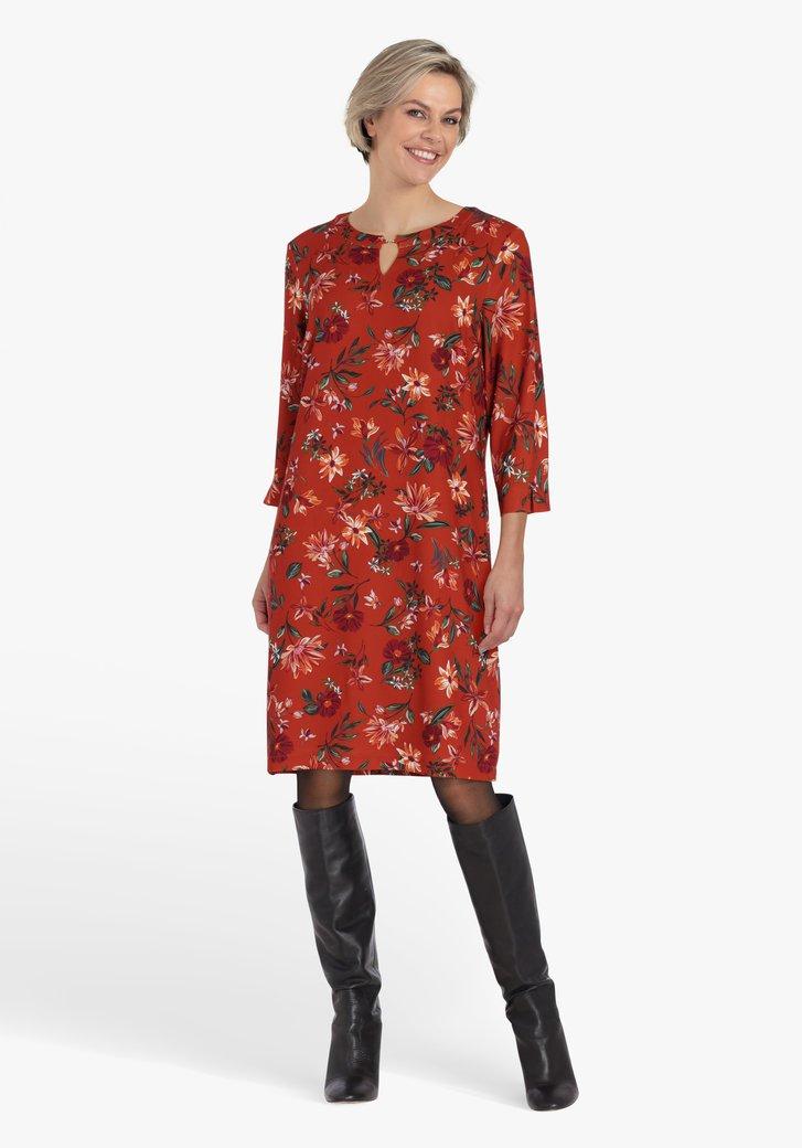 Oranjebruin kleed met bloemenprint