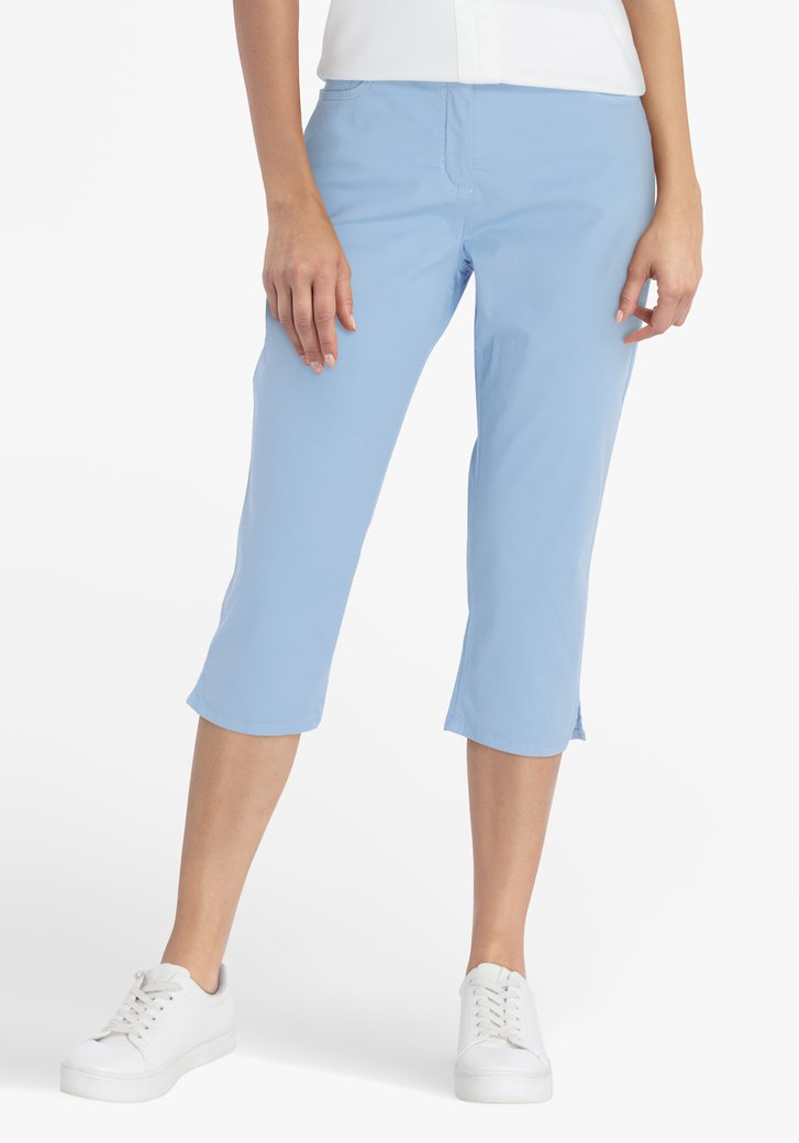 Pantalon bleu clair, longueur au genou