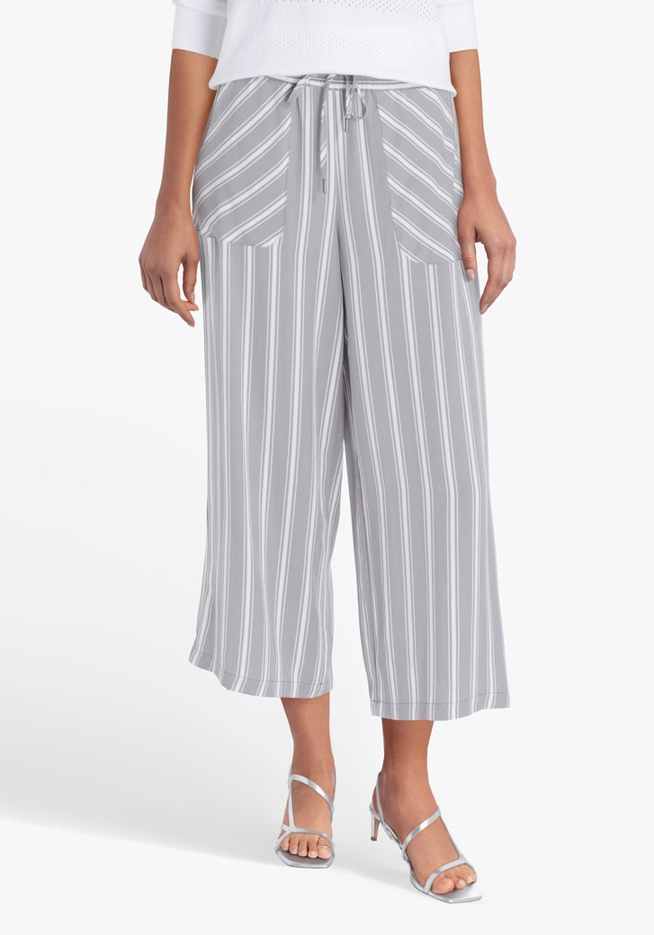 Pantalon large gris à rayures blanches