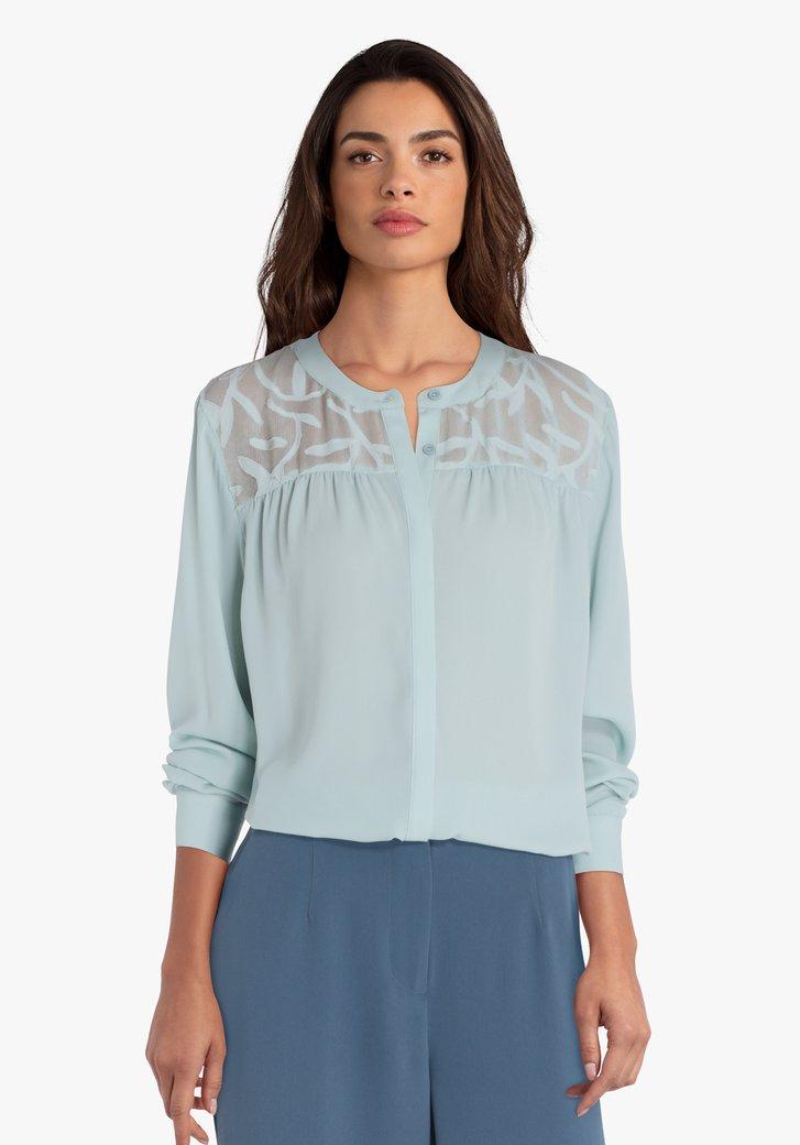 Pastelblauwe blouse met detail aan de schouders