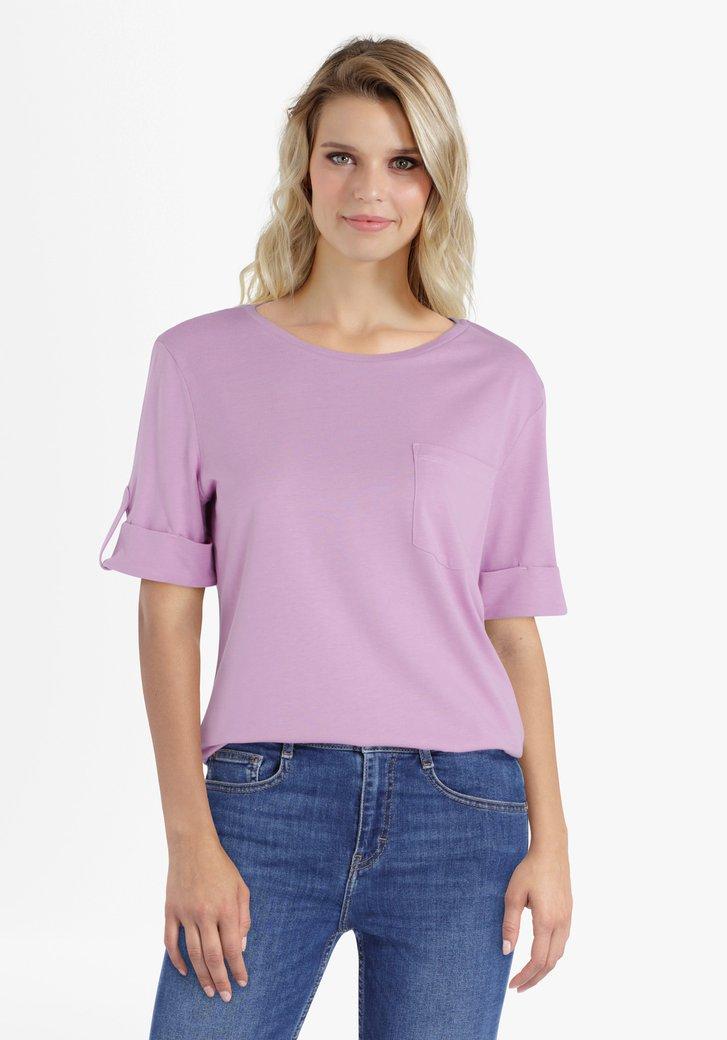Pastelpaarse T-shirt met opgerolde mouwen