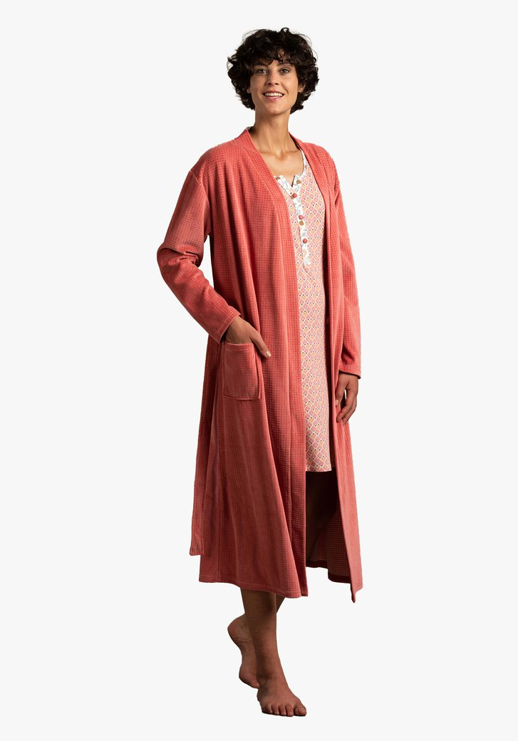 Peignoir rose orangé en tissu texturé