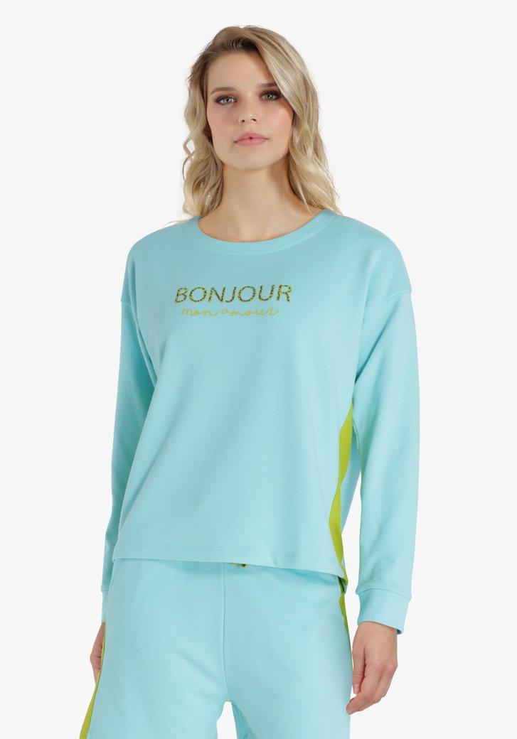 Poederblauwe trui met opschrift