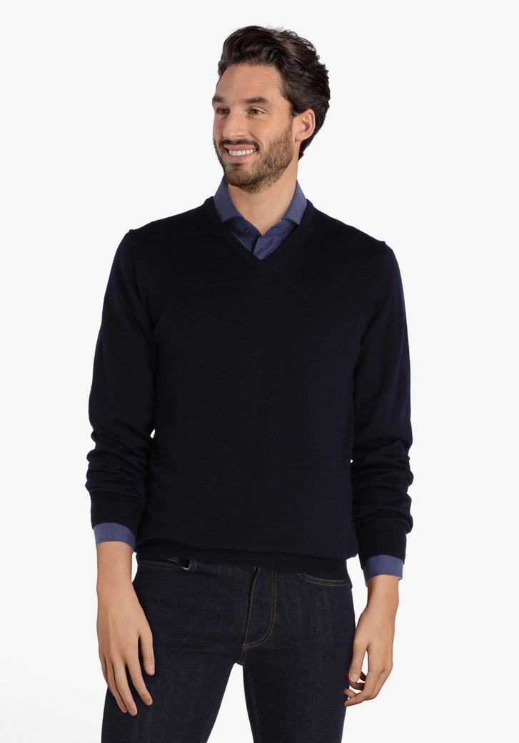 Pull bleu marine avec encolure en V et laine