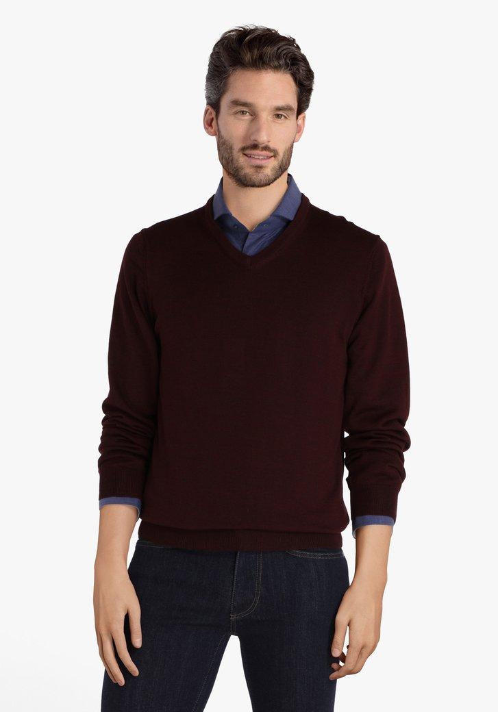 Pull bordeaux avec encolure en V et laine