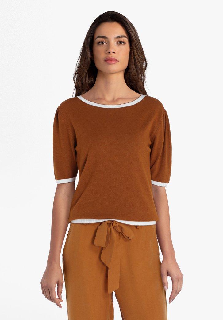 Pull en tricot brun à manches courtes