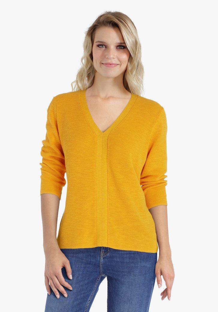 Pull en tricot doré à col en V