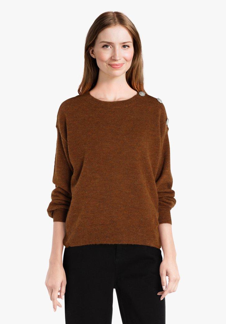 Pull en tricot marron aux boutons décoratifs
