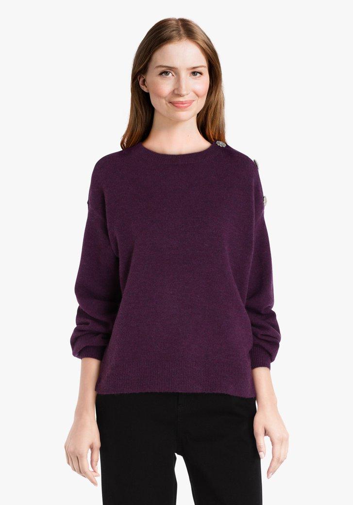 Pull en tricot violet aux boutons décoratifs
