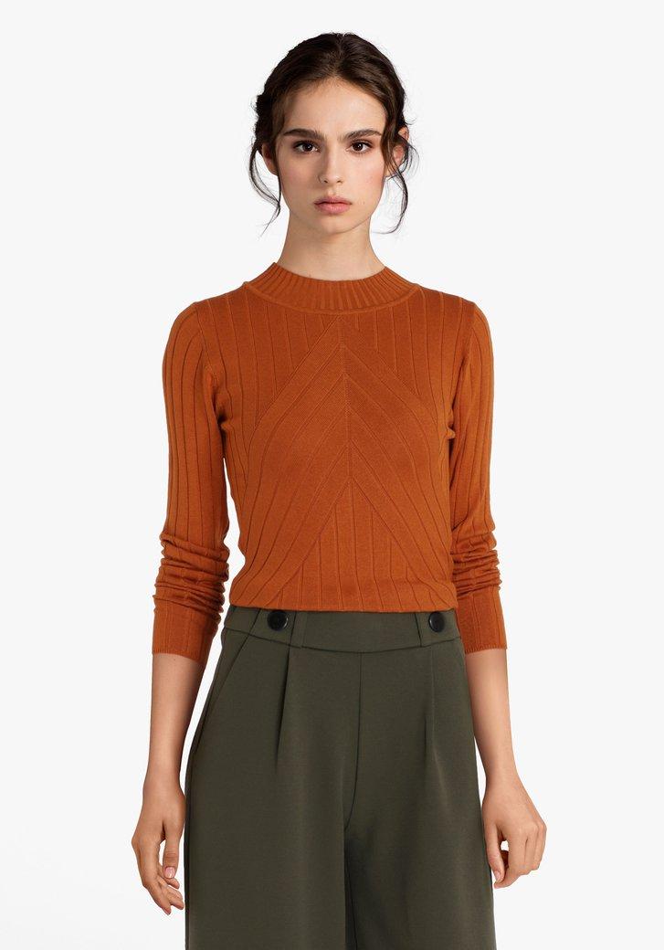 Pull orange rouillé en tissu extensible côtelé