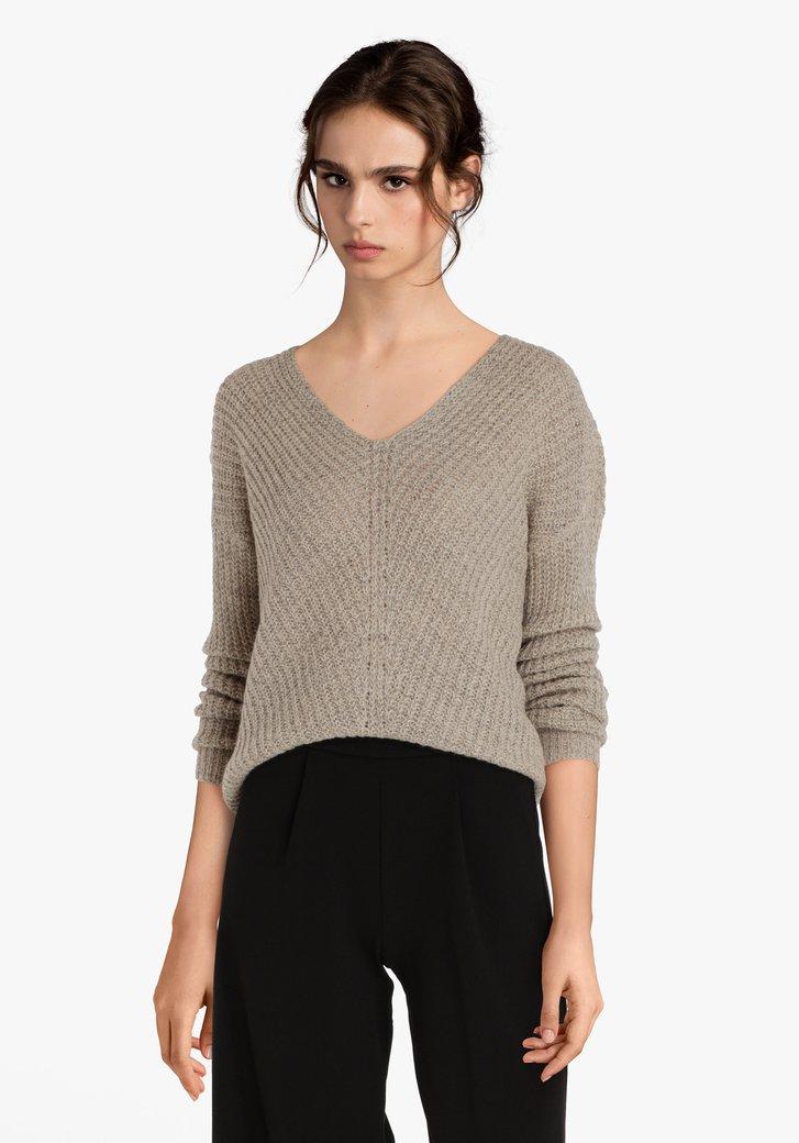Pull tricoté beige avec encolure en V