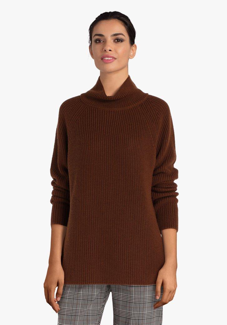 Pull tricoté brun avec col