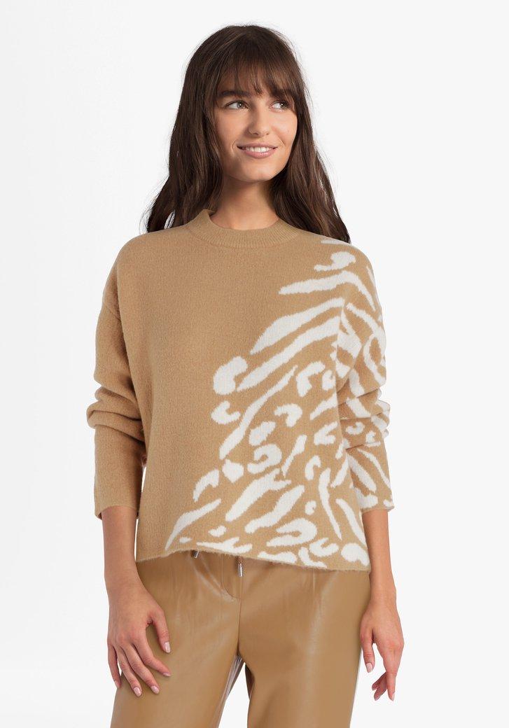 Pull tricoté brun clair avec motif blanc