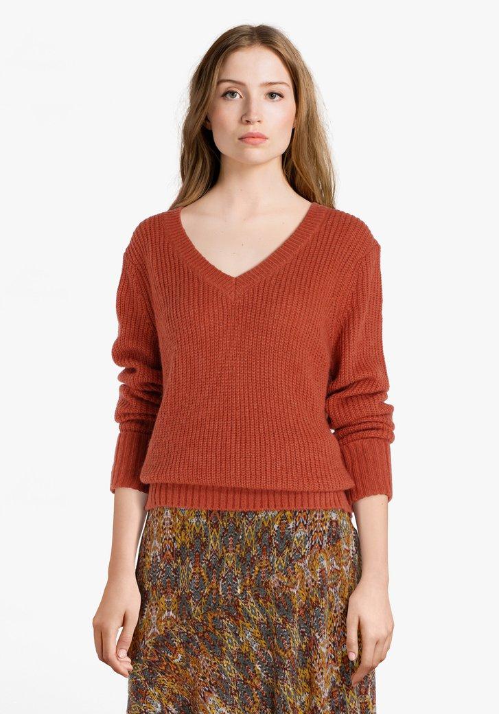 Pull tricoté brun rouille avec col en V