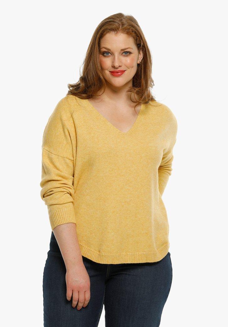 Pull tricoté de couleur ocre avec col en V