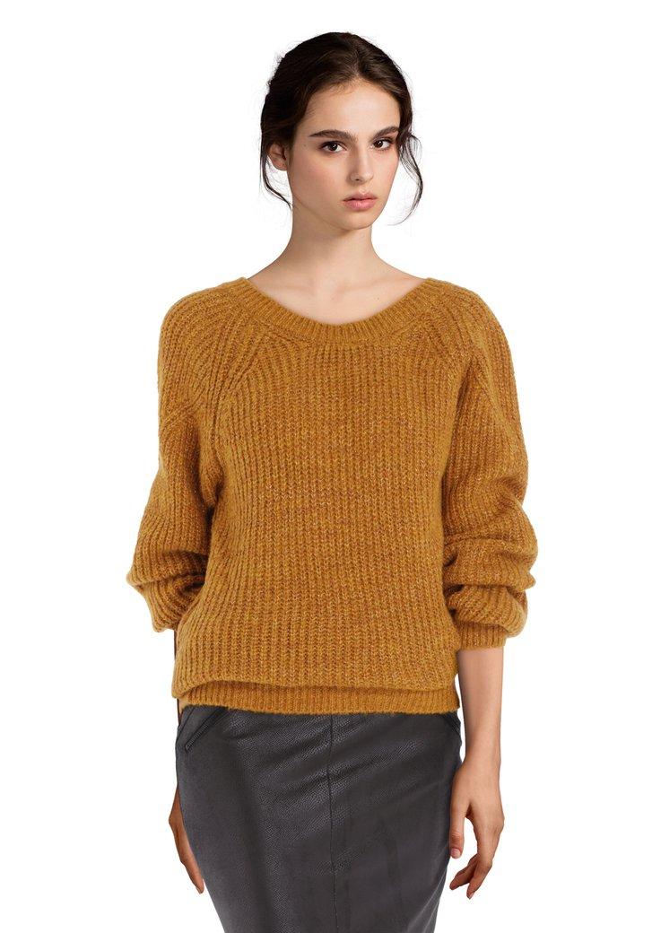 Pull tricoté doré avec décolleté dans le dos