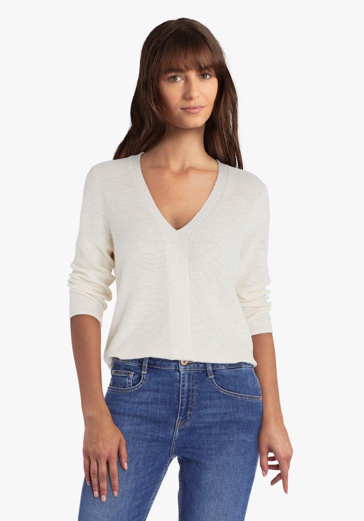 Pull tricoté en blanc cassé avec col en V