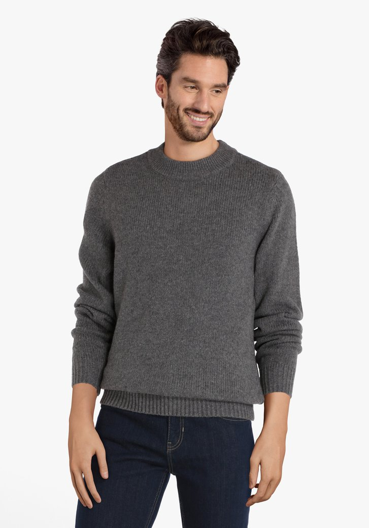 Pull tricoté gris à encolure ronde côtelé
