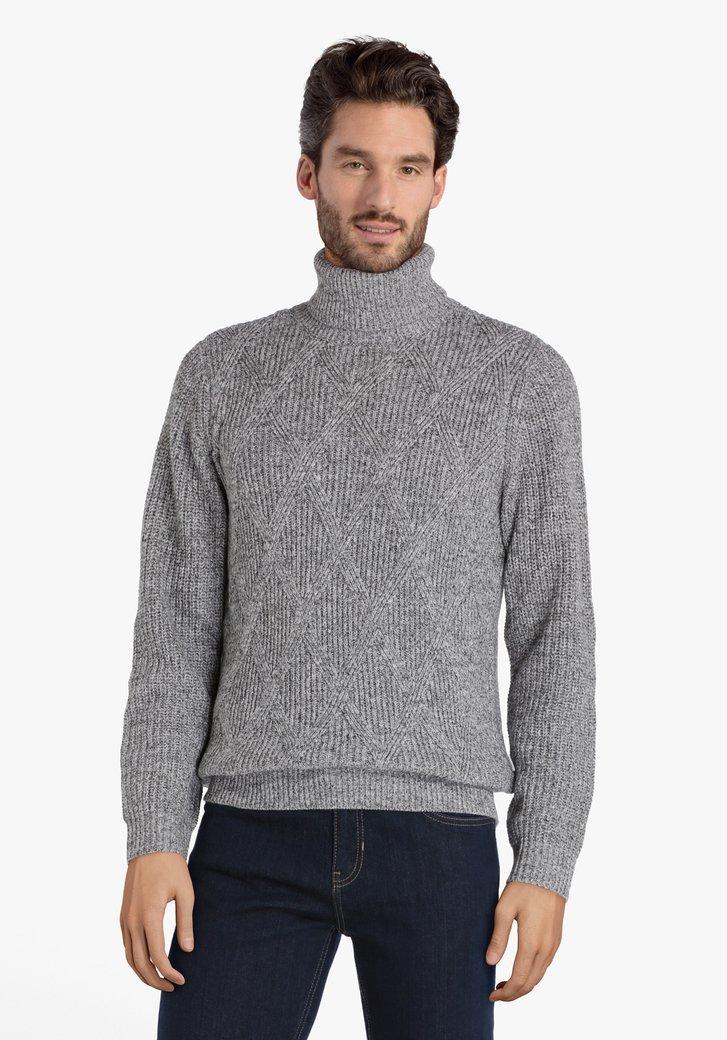 Pull tricoté gris avec col roulé