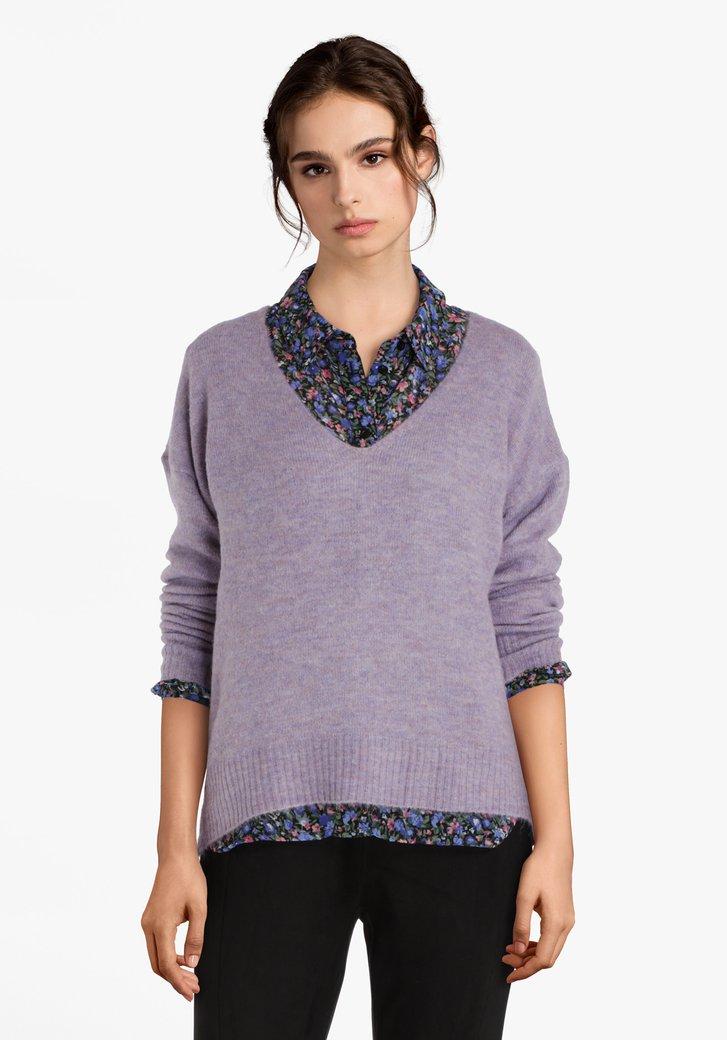 Pull tricoté lilas avec col en V