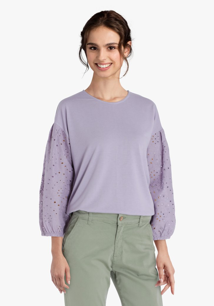 Pull violet pastel avec broderie anglaise