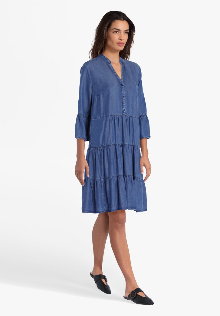 Robe bleue à volants et look jean