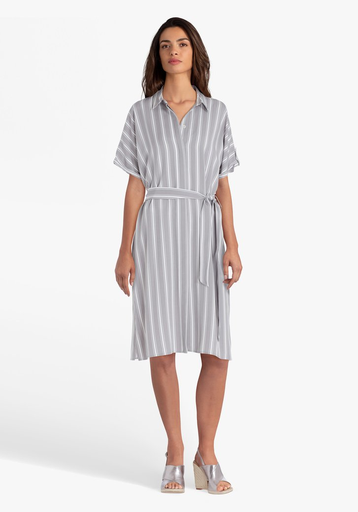 Robe chemise grise à rayures blanches