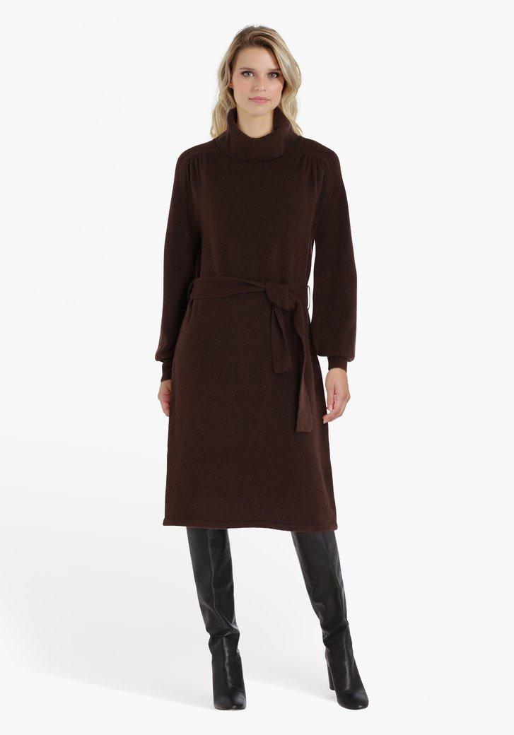 Robe en tricot brun avec col roulé