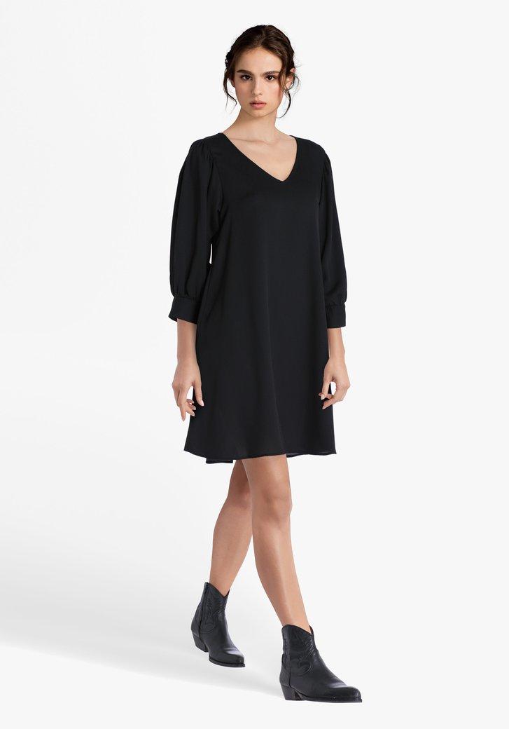 Robe noire à col en V