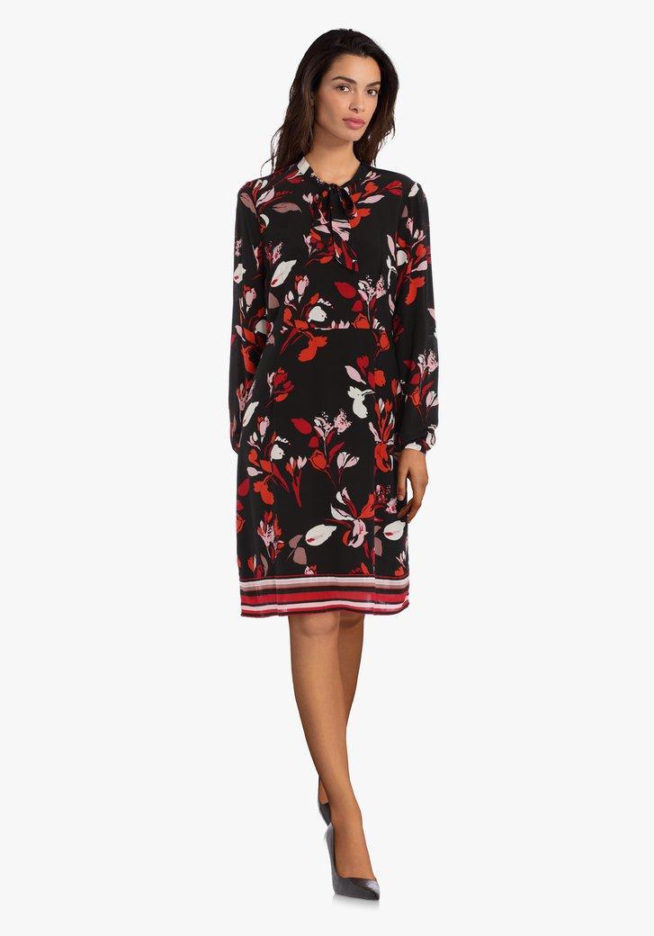 Robe noire à fleurs rouges