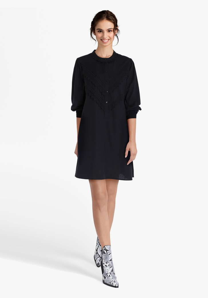 Robe noire avec broderie anglaise