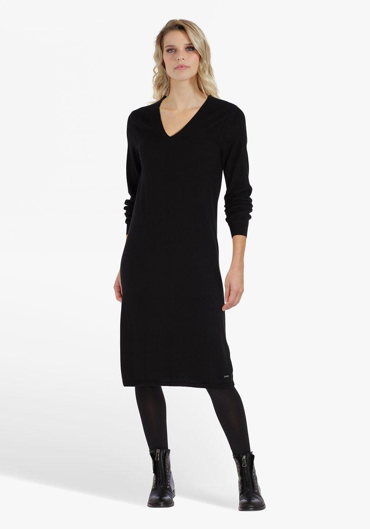 Robe noire avec col en V