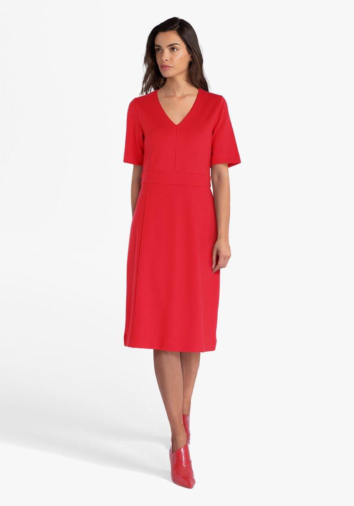 Robe rouge avec col en V