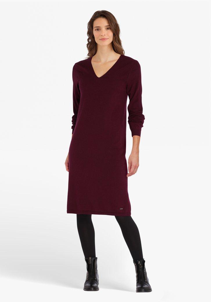 Robe violette foncée avec col en V