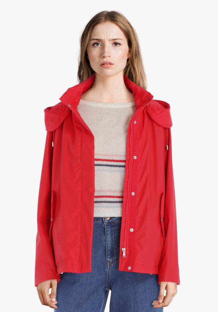 Rode regenjas met afritsbare kap
