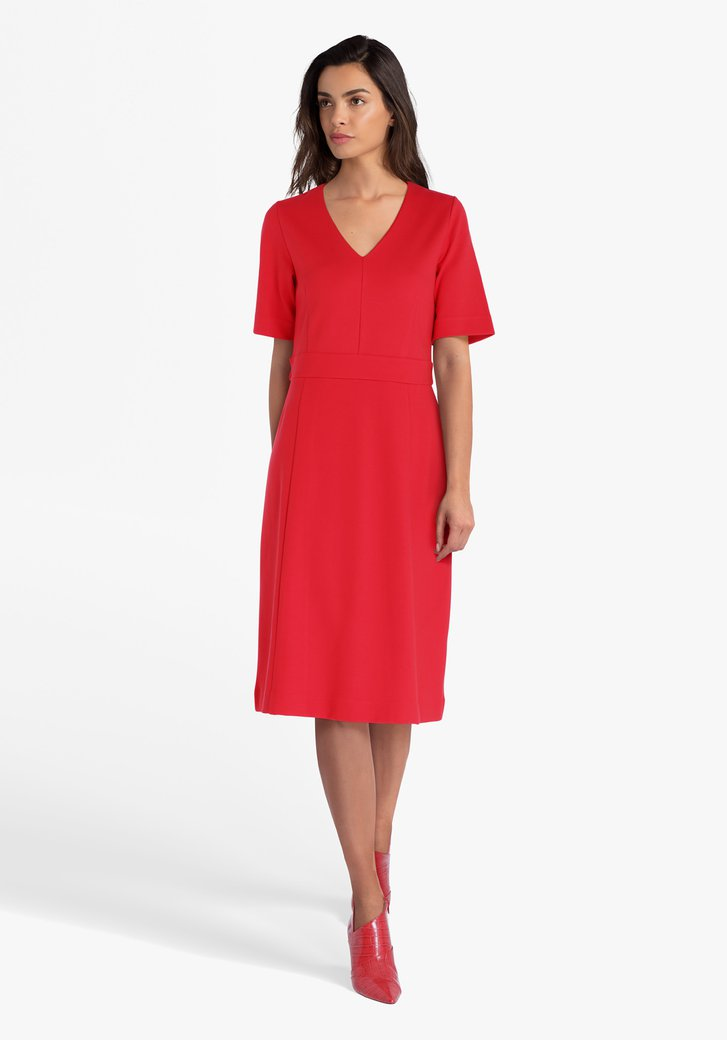 Rood kleed met V-hals