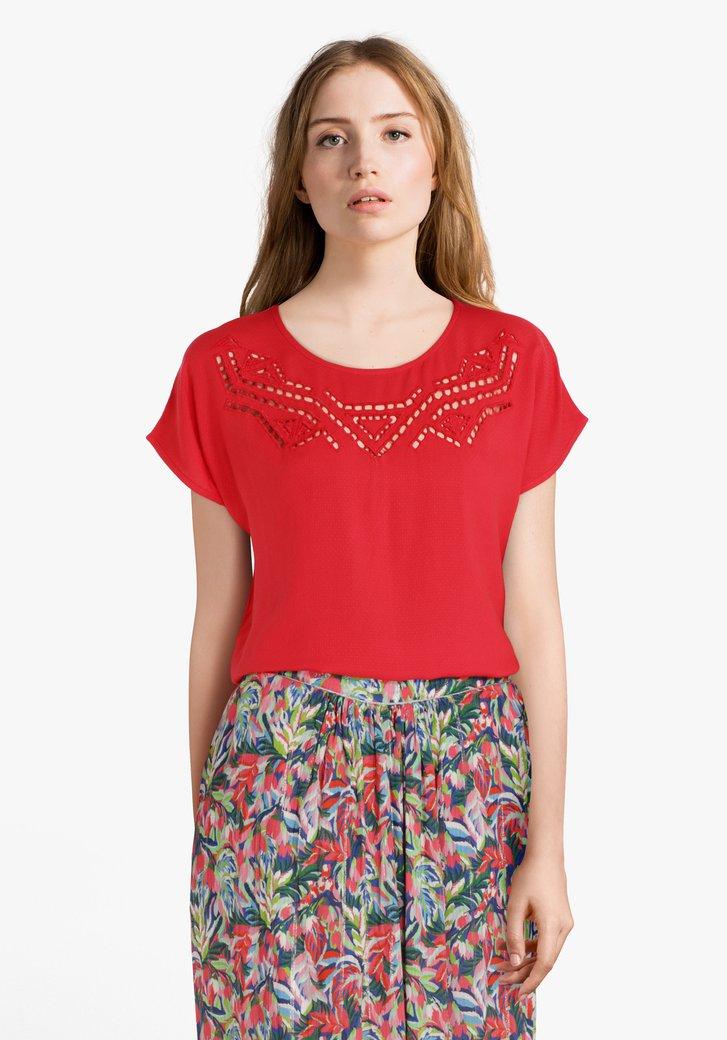 Rood T-shirt met ajour en fijne structuurstof